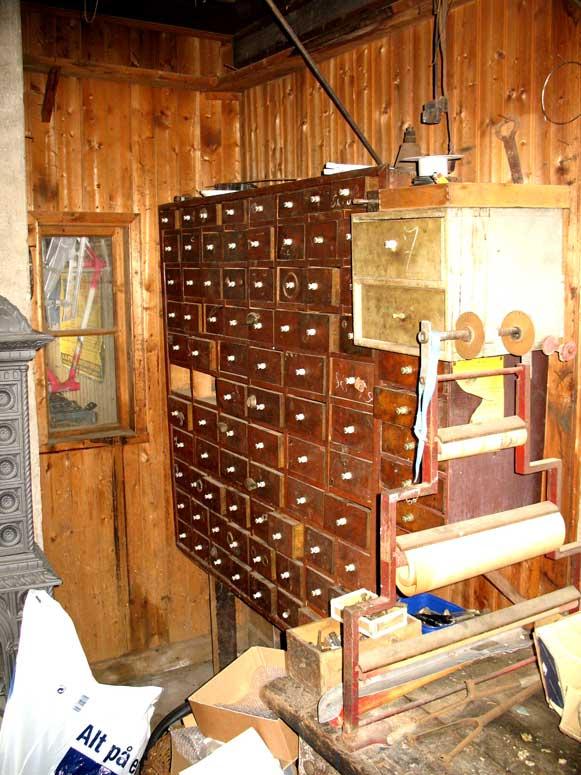 Det behövs gott om lådor i en cykelverkstad. Alla möjliga små reservdelar, kullager, kulor, konor, länsar, skruvar och muttrar ska få plats. Yngve hade många draglådor och skåp, flera som han byggt själv. Just den här har porslinsisolatorer som handtag.