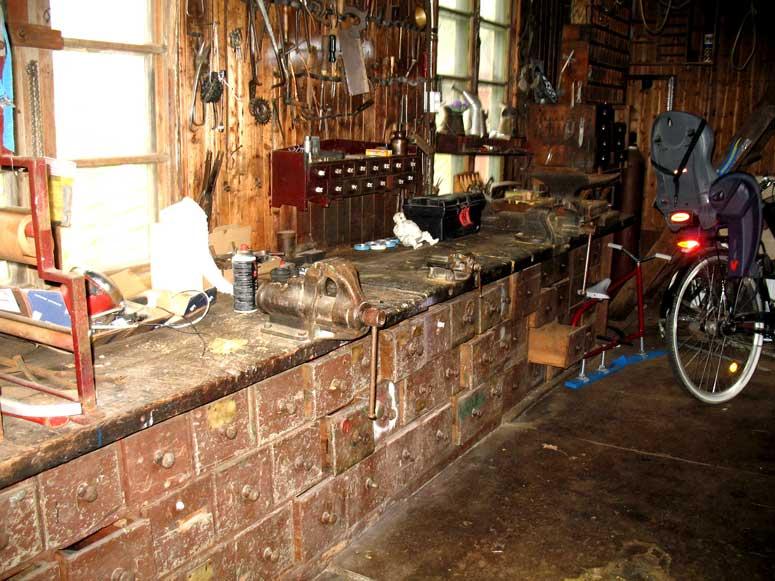 Yngves verkstadsbänk. Den har inte mått så bra av att verkstaden varit stängd i över 40 år.