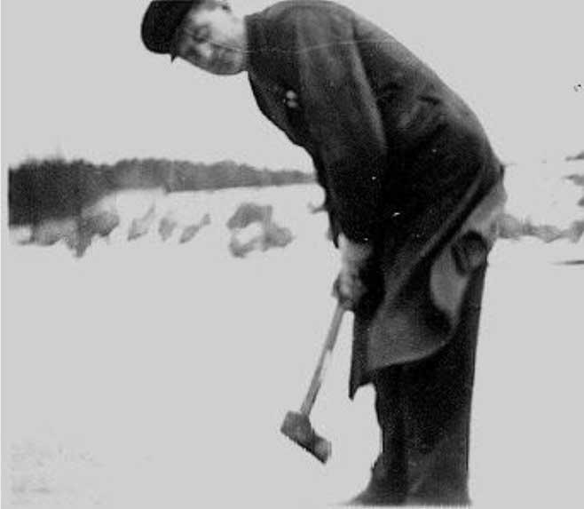 På vintrarna kunde isen på Ätran bli tjock, så Yngve gick dit tidigt på morgnarna för att hugga upp en stor vak så att änderna fick vatten. Här matade han också änderna.
